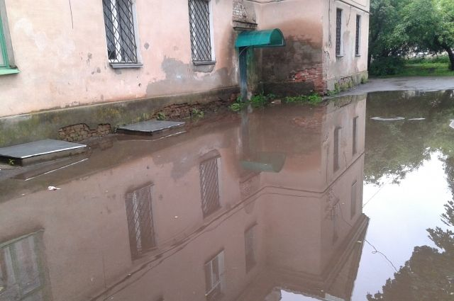 Вода попадает в подъезд с улицы, где тают сугробы.
