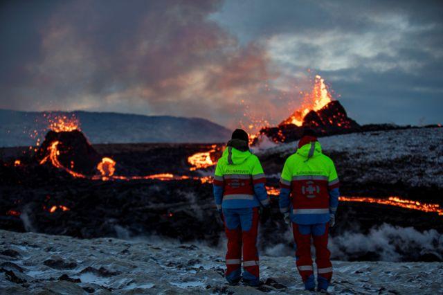 Лава сочится из новой трещины вулкана Фаградальсфьялла, Исландия.