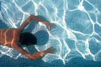 Тело девочки обнаружили на дне бассейна.