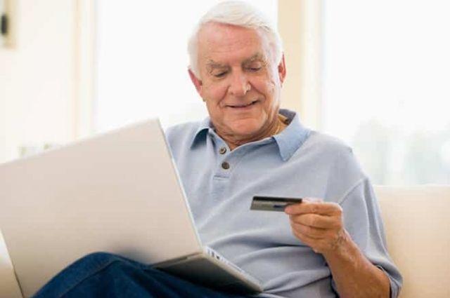 С сентября украинцы будут получать пенсии на банковские карты