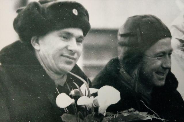 Когда Алексея Леонова и Павла Беляева встречали на Байконуре, один из встречавших всё равно бежал только за машиной Гагарина и кричал: