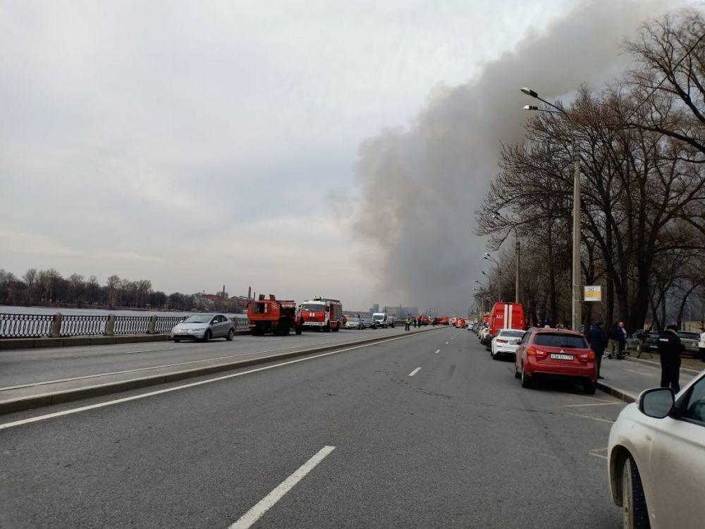 Столб дыма виден за несколько километров