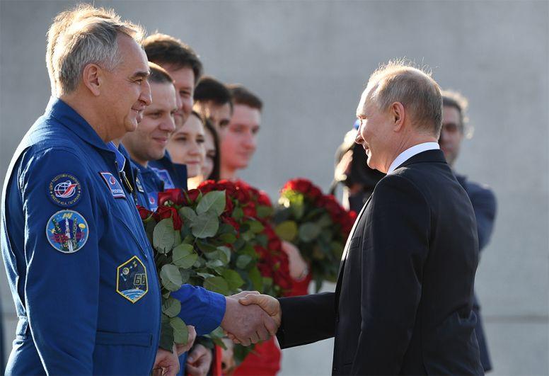 Президент РФВладимир Путин приветствует членов отряда космонавтов «Роскосмоса».