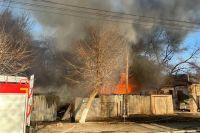 В Оренбурге 23 пожарных тушат надворные постройки на улице Бурзянцева.