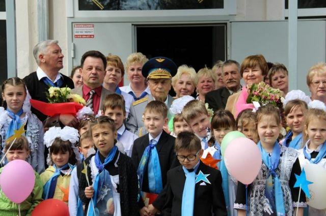 Виктор Васильевич часто встречался со школьниками.