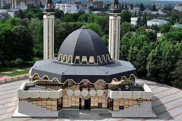 Соборная мечеть Нальчика открылась после ремонта для молитв с учётом ковида