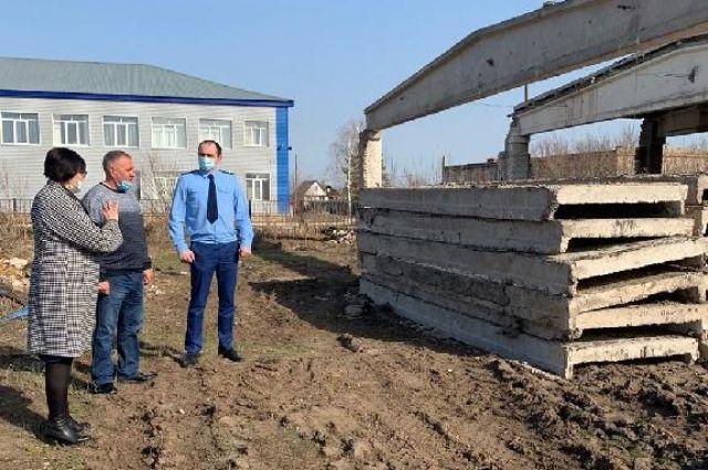 В Оренбуржье склады на территории школы, списанные три года назад, разобрали только сейчас.