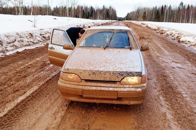 Дорога Балезино – Сергино разбита, хотя её ремонтируют часто. Власти признали ошибку, что использовали не то покрытие.