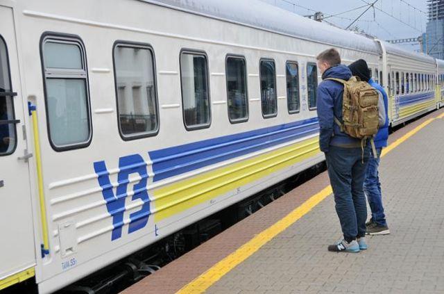 Укрзализныця сократит число поездов на запад Украины: причина