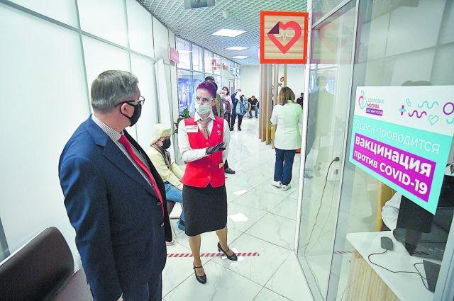 В 6 флагманских центрах госуслуг москвичи могут не только оформить разные бумаги, но и вакцинироваться.