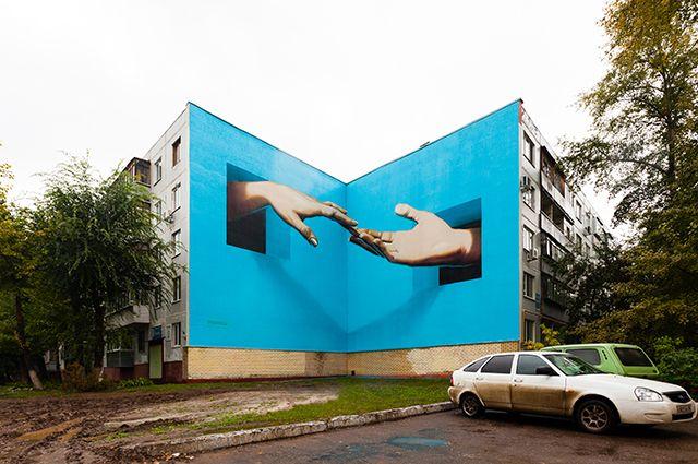 В Оренбурге коммунальщики продолжили закрашивать граффити «Прикосновение», которое обещали восстановить.