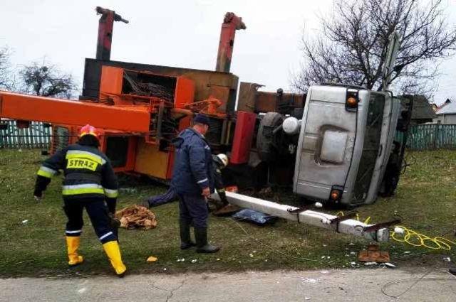 В Черниговской области электроопора задавила водителя автокрана.