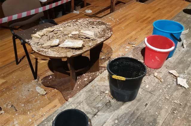 Часть потолка обвалилась на стол режиссёра.