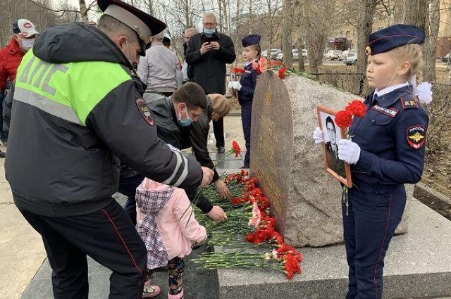 26 лет назад от рук злоумышленников погиб 24-летний инспектор роты ДПС ГАИ Сергей Исаков и 30-летний милиционер приёмника-распределителя УВД по Ухте Юрий Бакеев.