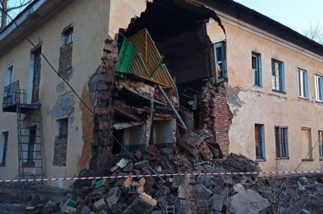 Из разрушенного дома в Канске эвакуировали 42 человека, из них 18 детей.