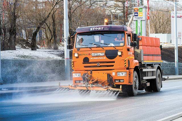 На улицы города вышли поливомоечные машины и пылесосы.