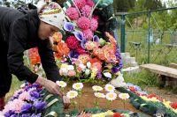 Гробки: в Минсреды предложили церквям отказаться от пластиковых цветов