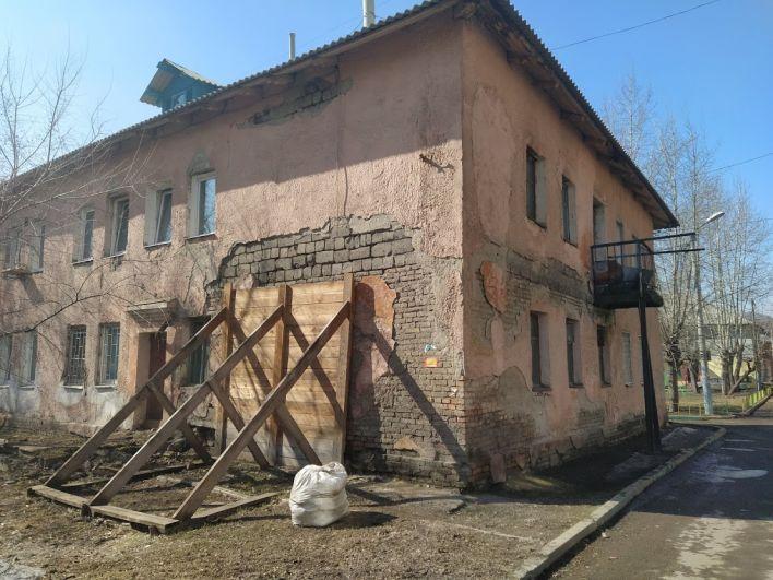 Разрушающуюся стену дома ул. 60 лет Октября, 20
