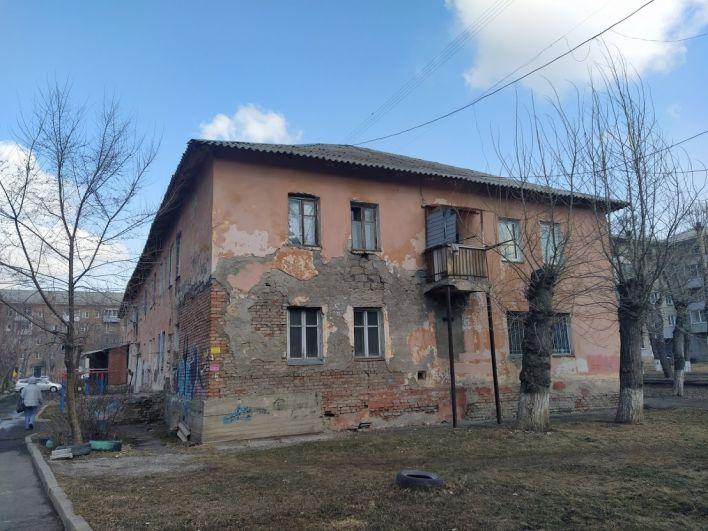 Рядом в общежитиях тоже рушатся стены со стороны общего санузла.