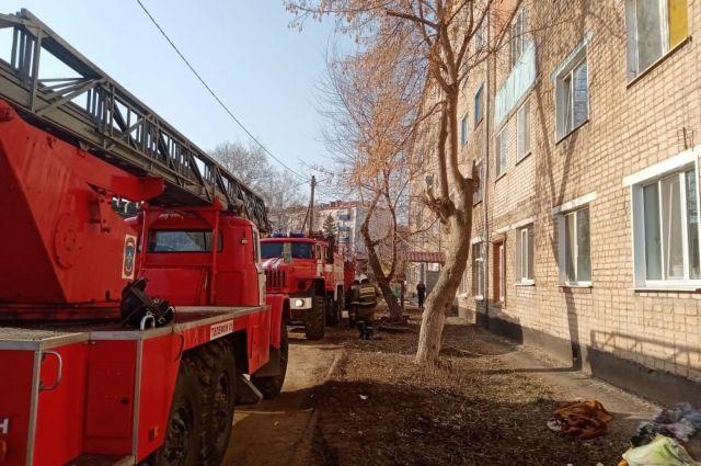 Возгорание произошло в квартире на третьем этаже пятиэтажного дома.