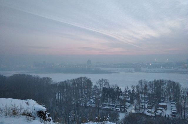 Режим «черного неба» в регионах России вводят, как правило, при сочетании безветренности и высокой влажности.