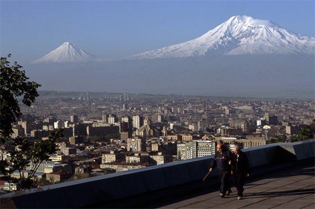 Вид на Ереван. На заднем плане - гора Арарат.
