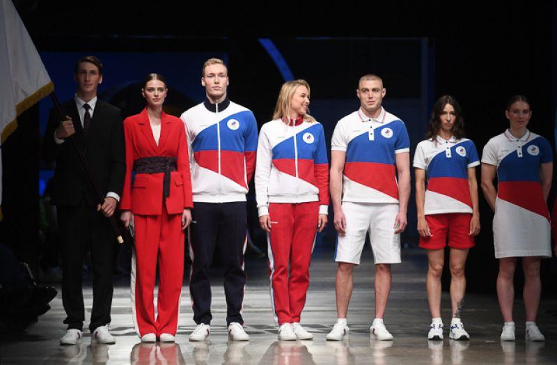 Модели демонстрируют одежду из новой коллекции официальной формы российских спортсменов для Олимпийских игр в Токио.