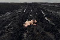 Белоснежная девушка на фоне чёрной грязи - красиво?