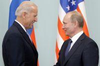 10 марта 2011 года. Председатель правительства РФ Владимир Путин в Доме правительства РФ приветствует во время встречи вице-президента США Джозефа Байдена.