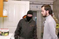 Один из задержанных (справа) по подозрению в подготовке теракта в Крыму. Кадр из оперативной съёмки ФСБ