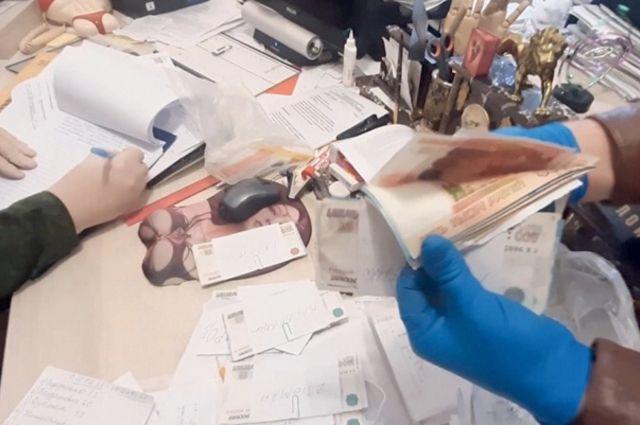 По версии следствия, 11 врачей брали деньги, чтобы ускорить выдачу трупов из морга. А 7 сотрудников ритуальных бюро направляли к ним дополнительных клиентов.Кадры оперативной съёмки.