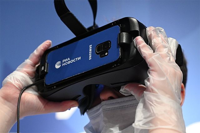 Посетитель вочках виртуальной реальности настенде РИА Новости вовремя презентации VR-проектов RIA Lab врамках Недели космонавтики вМосковском планетарии.