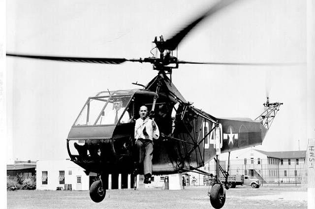 Игорь Сикорский в вертолёте HNS-1 (вариант R-4 для береговой охраны), 1944 год.
