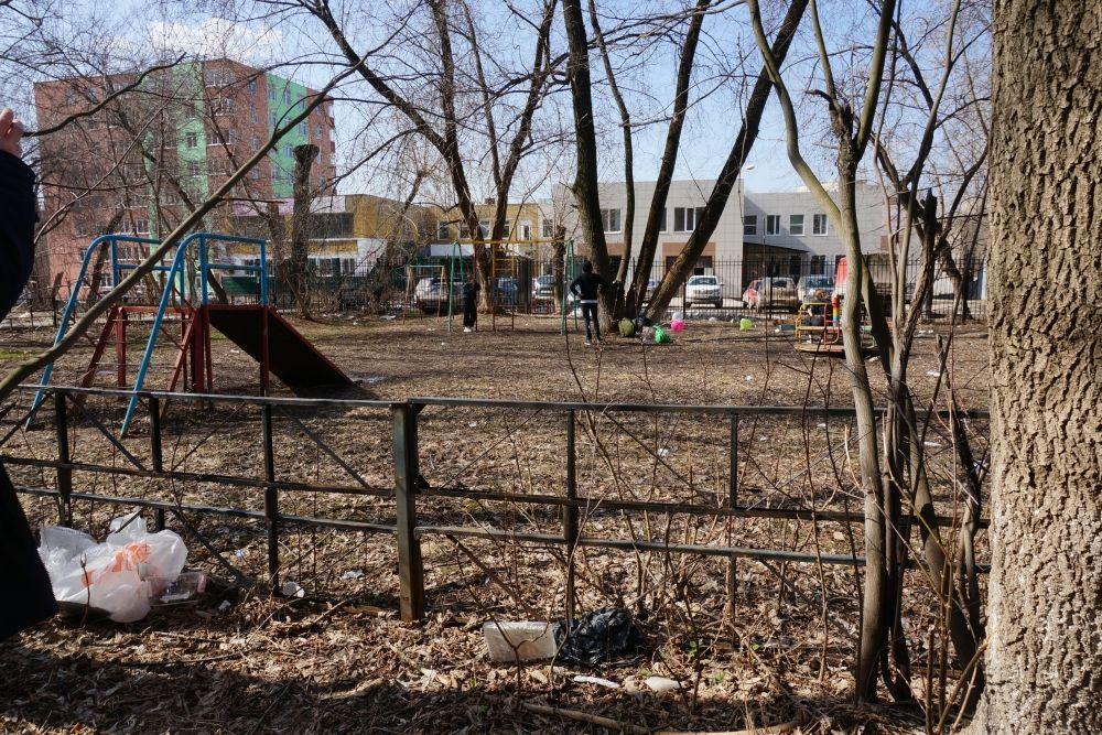 А в Перми есть и такие дворы: дети играют на площадке рядом с неприбранным мусором.