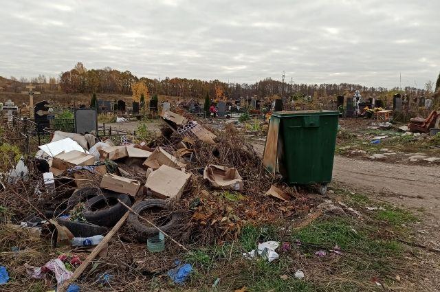 Неизвестные оставили груды мусора и повредили памятники.