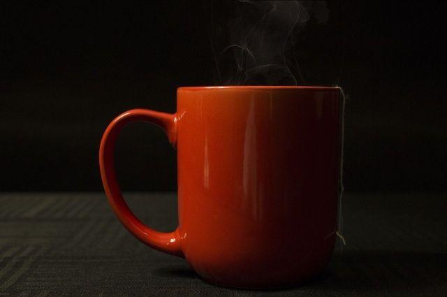 Малыш опрокинул на себя стакан горячего чая.