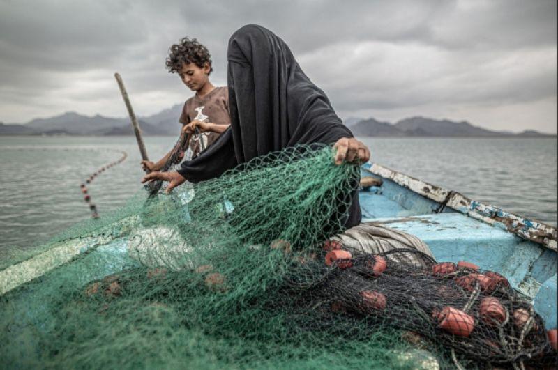 1-е место в категории «Проблемы современности». Фатима с сыном готовят рыболовную сеть в заливе Хор Омейра, в Йемене. Чтобы прокормить своих девятерых детей, она зарабатывает на жизнь рыбной ловлей. Йемен переживает гуманитарный кризис из-за затяжного вооруженного конфликта, сильных дождей, нашествия саранчи и последствий пандемии COVID-19.