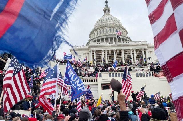 Участники акции протеста сторонников бывшего президента США Дональда Трампа у здания конгресса в Вашингтоне. (7 января 2021 г.)