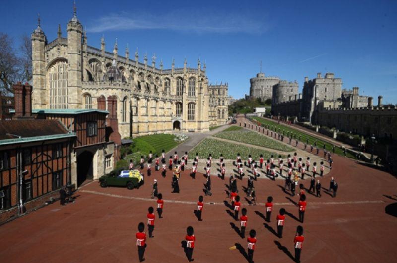 Члены королевской семьи следуют за катафалком.