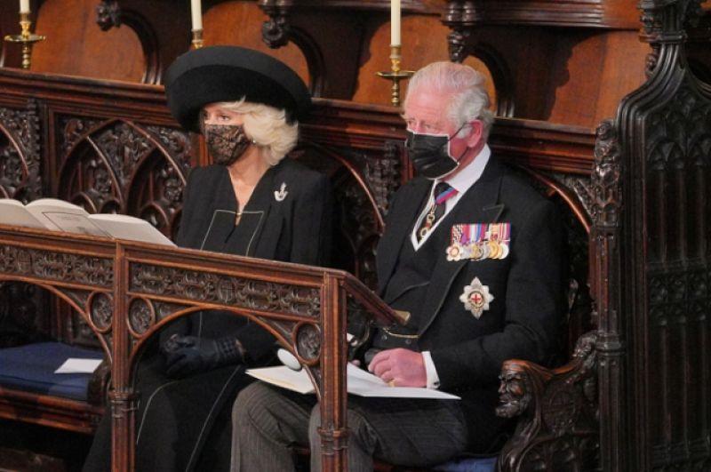 Принц Чарльз и герцогиня Камилла Корнуолл на похоронах в часовне Святого Георгия в Виндзорском замке.