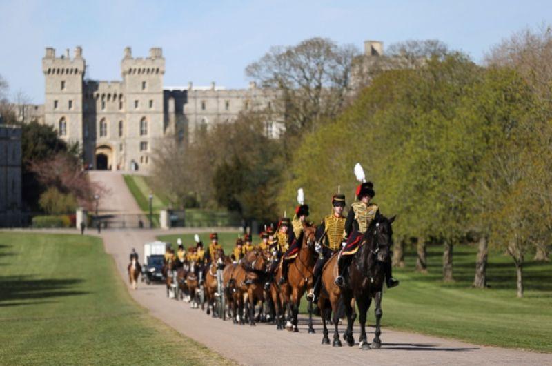 Члены Королевской конной артиллерии «Королевского отряда» перед катафалком с телом покойного.