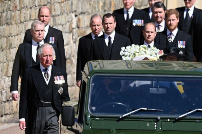 Тело покойного везет специально модифицированный Land Rover, созданный по проекту самого принца Филиппа.