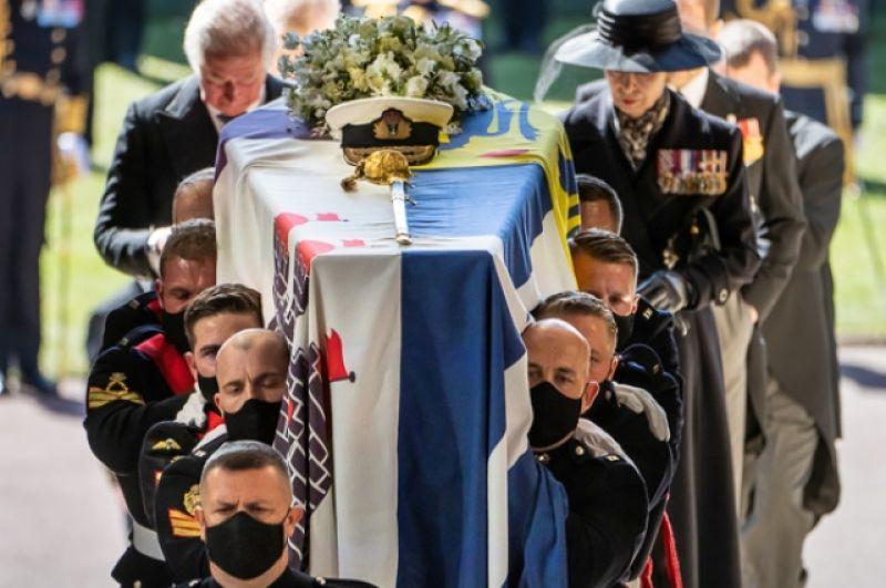За гробом принца Филиппа следуют принц Чарльз, принцесса Анна и члены королевской семьи.