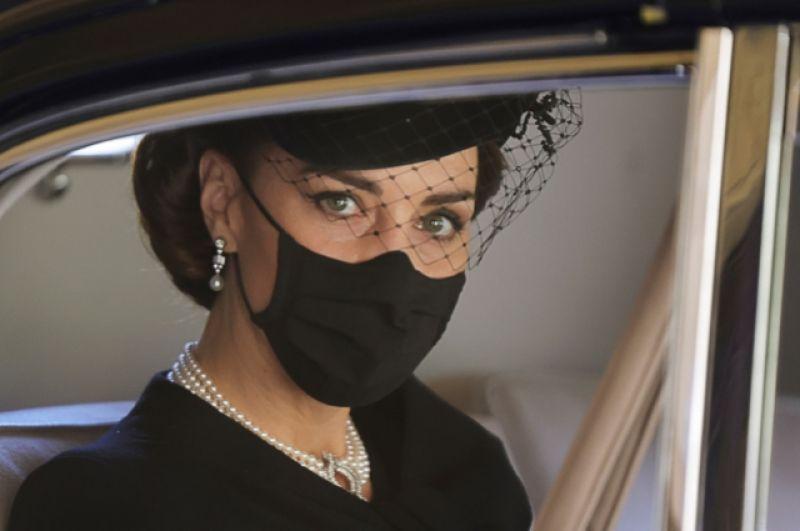 Кэтрин, герцогиня Кембриджская, смотрит, как королева Елизавета приехала на похороны своего мужа принца Филиппа.