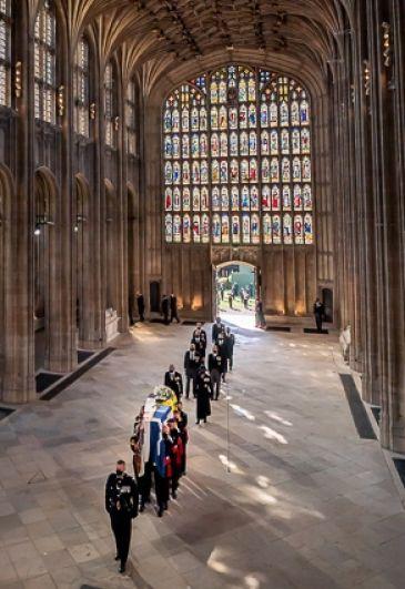 Гроб принца Филиппа вносят в часовню Святого Георгия в Виндзорском замке, за гробом следуют члены королевской семьи.