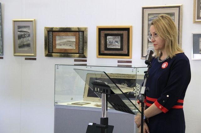 «Диктатором» в этом году выступила островной министр культуры Нонна Лаврик.