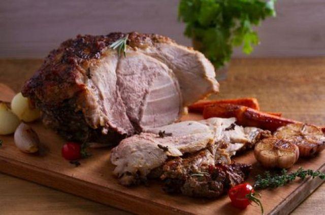 Готовим мясо к Пасхе: рецепт буженины из свинины с чесноком