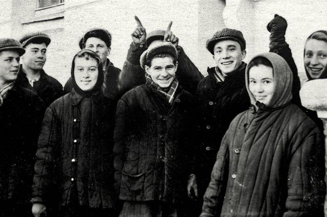 В группе студентов Кировского авиационного техникума на картошке, 1958 год. В центре - Станислав Юрьев (ему одногруппник рожки подставляет).