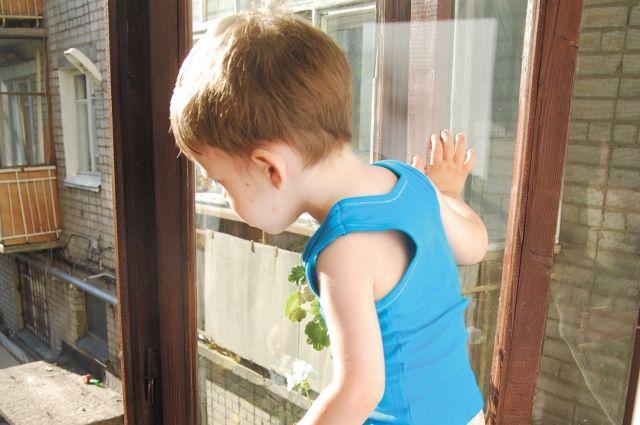 В Орске оставленный без присмотра трехлетний малыш выпал из окна квартиры на третьем этаже.