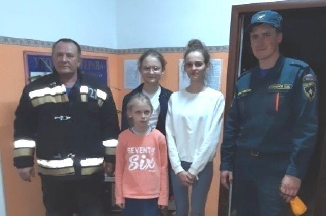 В Беляевском районе спасатели вернули домой трех сестер, заблудившихся в лесу.
